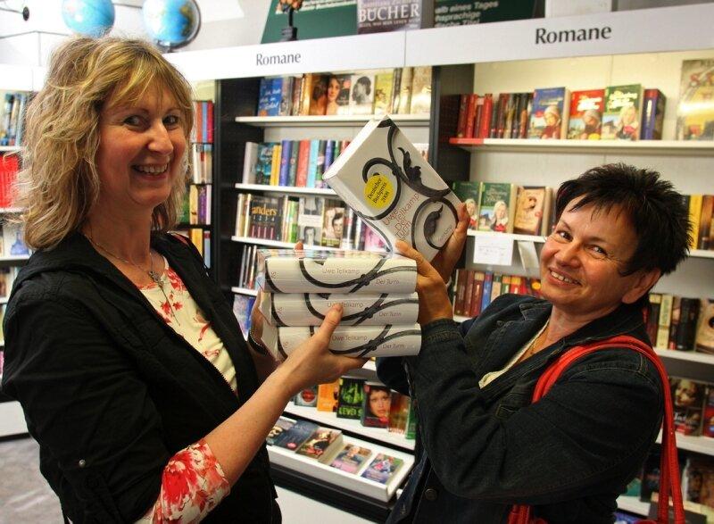 """<p class=""""artikelinhalt"""">Geht derzeit häufig bei Evelyn Scheffler (l.) in Lichtenstein über den Ladentisch: """"Der Turm"""" von Uwe Tellkamp. Auch Gabi Fiedler interessiert sich für den mit dem Deutschen Buchpreis ausgezeichneten Roman.</p>"""