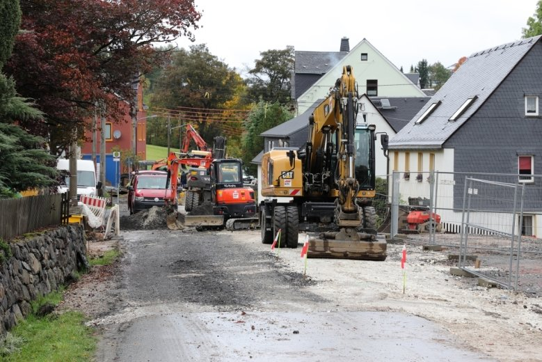 Noch bestimmen Bauarbeiten das Bild auf diesem Teil der Auer Straße in Schwarzenberg-Neuwelt. Nach der jüngsten Abstimmung zwischen den am Bau Beteiligten ist davon auszugehen, dass das Vorhaben einschließlich Sanierung der Straßendecke in der ersten Dezemberwoche fertig wird.