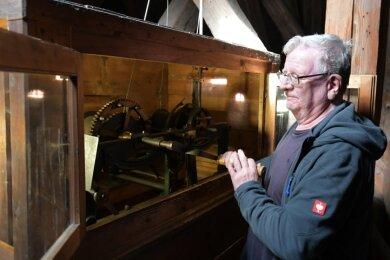 Täglich muss der Nassauer Glöckner Friedmut Großmann auch die Kirchturmuhr aufziehen.
