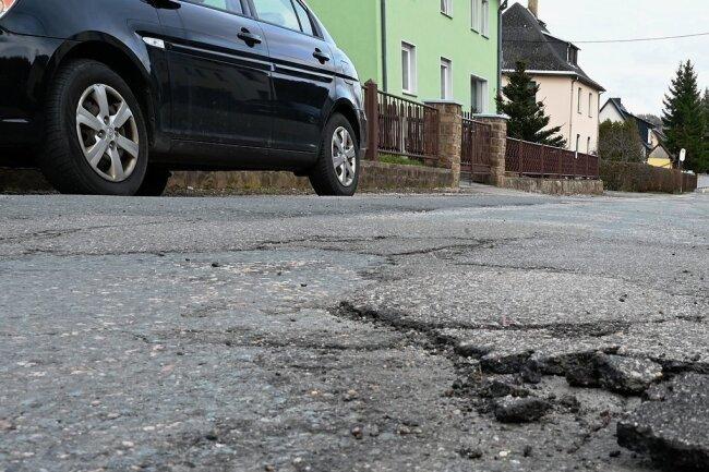 Die Neuschönburger Straße in Mülsen ist ein Beispiel für den Zustand mehrerer Straßen im Ort. Anwohner erwarten, dass die Verantwortlichen jetzt handeln.
