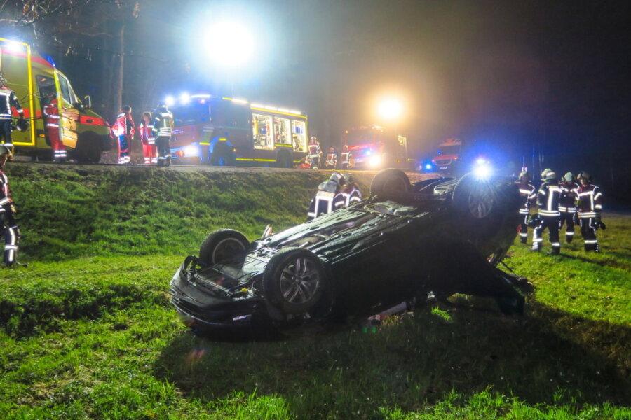 VW überschlägt sich - mehrere Verletzte