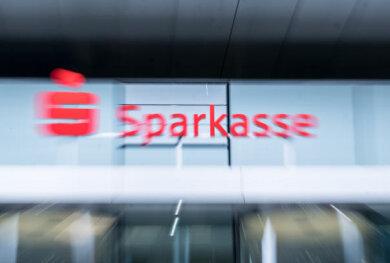 DieSparkasseZwickau hat als Vorsichtsmaßnahme während der Corona-Krise kleinere Geschäftsstellen seit Montag für den Kundenverkehr geschlossen.
