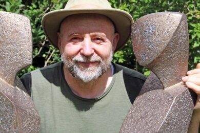 Der Künstler Peter Wolf in seinem Skulpturengarten an der Freiberger Straße 28 in Frauenstein.