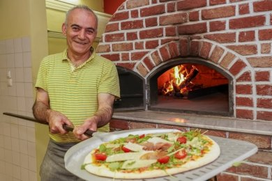 Pizzabäcker und Koch Mori Khazaei (56) am Holzofen der neuen Pizzeria Peperoncino in der Auerbacher Dr.-Külz-Straße 22.