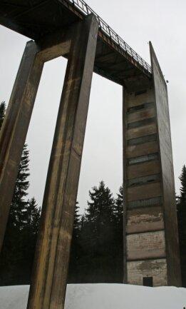 Imposanter Anblick: Der circa 45 Meter hohe Turm der Erzgebirgsschanze im Lehmergrund von Johanngeorgenstadt ragt weit über den Erzgebirgswald hinaus. Wird er zum Aussichtsturm?