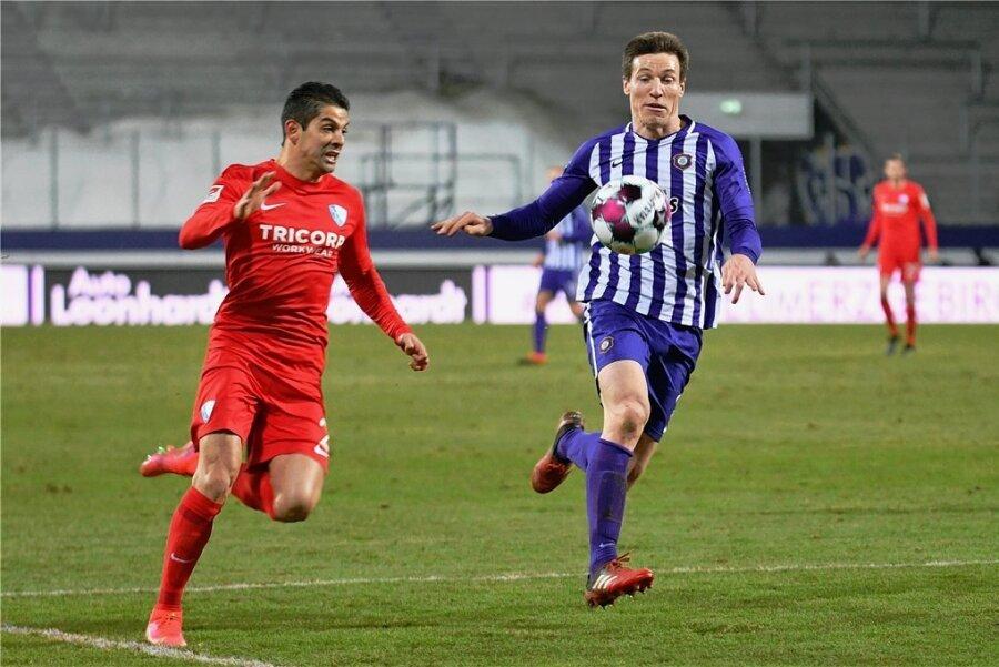 Aues Torschütze Gaetan Bussmann (rechts) im Zweikampf mit Bochums Cristian Gamboa.