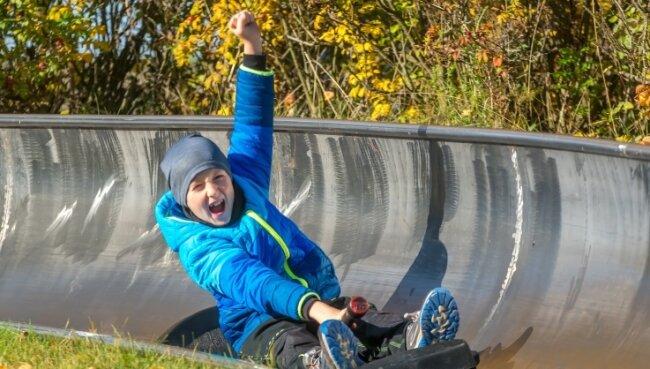 Der 8-jährige Rudi aus Olbernhau durfte am Sonntag zum ersten Mal allein mit einem Schlitten die Sommerrodelbahn hinunterdonnern.
