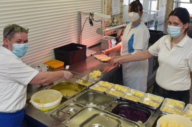 Hochbetrieb herrscht in der Firma Menü GbR Niederwiesa. Carola Fuchs, Simone Seidel und Anke Wagner (v. l.) bereiten die Ausgabe vor und verpacken die Gerichte in Assietten.
