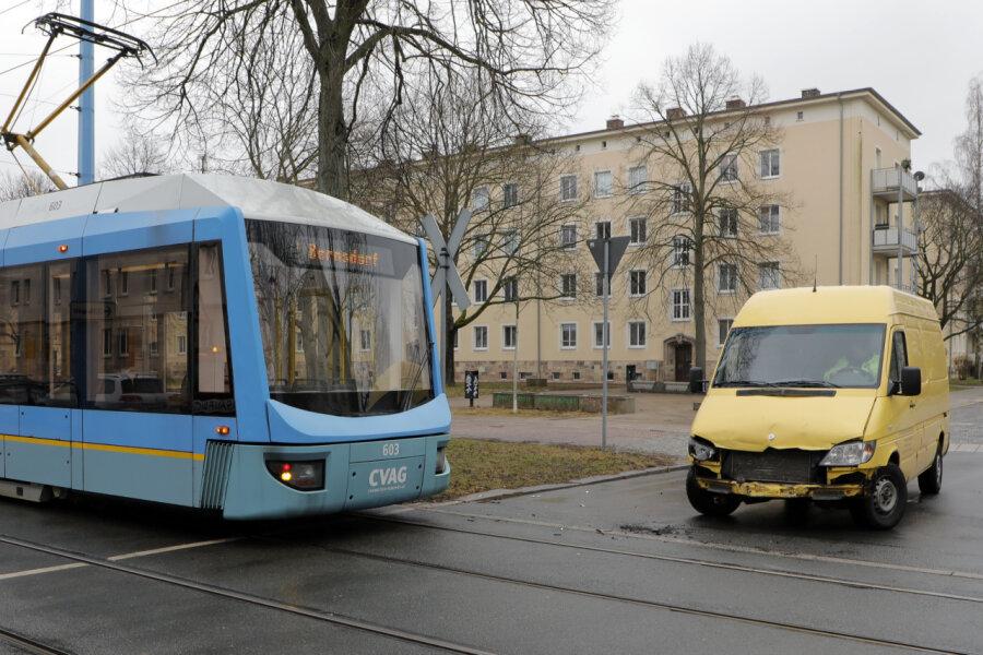An der Kreuzung Annenstraße/Brauhausstraße stieß die Straßenbahn mit einem Kleintransporter zusammen.
