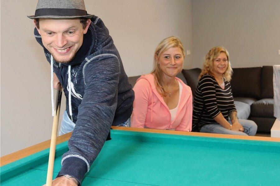 Der Billardtisch steht schon: Mario Weigel, Patricia Gehre und Isabell Kunzmann nahmen am Freitag ihren neuen Jugendklub in Betrieb. Foto: Mario Dudacy