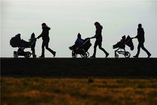 Mit der neuen Ausnahmeregelung für die Betreuung von Kindern unter 14 Jahren möchte die Regierung auch Alleinerziehende unterstützen.