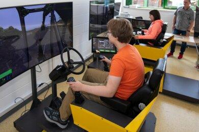 Die Achtklässler Elias Luca Grimm und Emma Thümmel, die mit den Mitschülern ein Praktikum im Ausbildungszentrum absolvieren, durften unter Aufsicht von Ausbilder Mario Dudacy die Simulatoren testen.