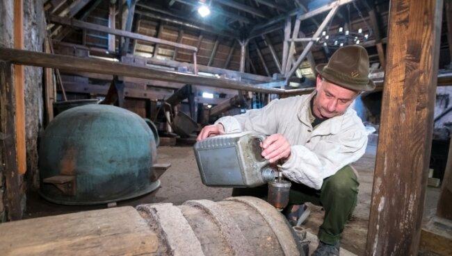 Hüttenknecht Bernd Brückner nutzte den Sonntag, um im Kupferhammer der Saigerhütte Olbernhau Wartungsarbeiten durchzuführen.