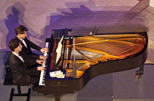 """Vier Hände am Flügel. Für ihre neue Weihnachts-CD """"Kling Glöckchen"""" haben die Brüder Markus und Pascal Kaufmann aus Lichtenstein in vier Kirchen der Region an der Orgel musiziert."""