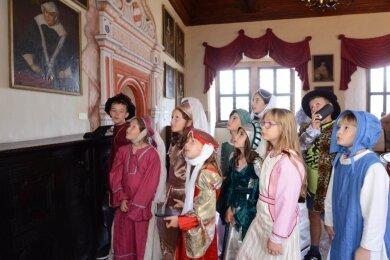"""Im Festsaal auf Schloss Rochsburg schauten sich am gestrigen Mittwoch die Teilnehmer des Ferienprojektes """"Die Porträtgalerie kommt ins Plaudern"""" die Bilder der Ahnen an, um ihnen später ihre Stimme zu geben."""