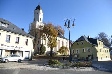 Der Marktplatz in Bad Brambach: Braucht es ein Schild am Kandelaber, wie herum der Verkehr fließen soll? Dazu wird debattiert.