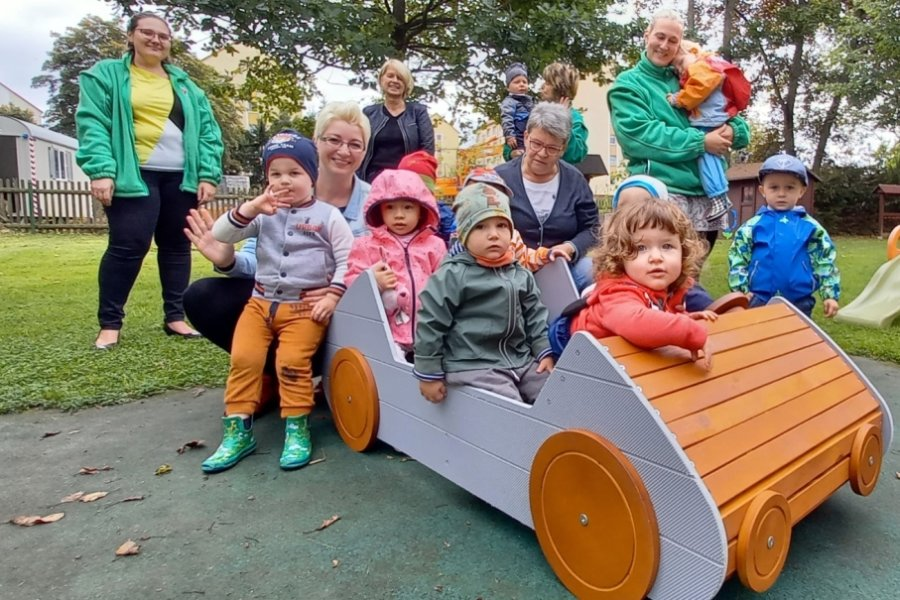 Kinder fahren Holz-Cabrio