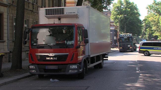 Laut Polizei wurde der Radfahrer beim Abbiegen von der Friedrich-Engels-Straße auf die Crimmitschauer Straße von einem Lkw erfasst.