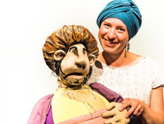 Gemeinsam mit dem Sultan aus einer früheren Inszenierung freut sich Dramaturgin Dominique Suhr auf das Sommertheater des Puppentheaters Zwickau. Unter Auflagen ist das jetzt möglich.