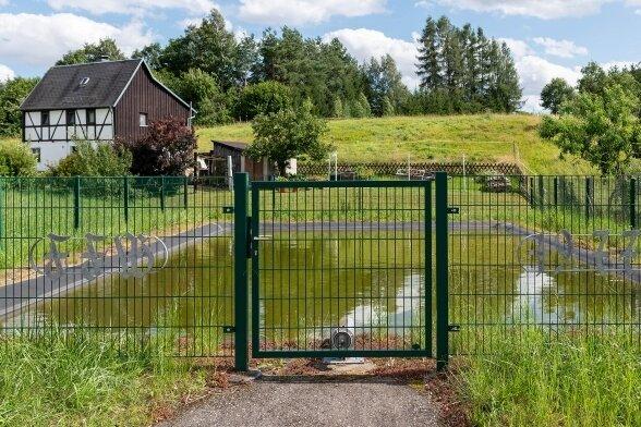 Gut gesichert: der Löschteich in Ehrenberg.