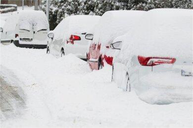 Wohin mit dem Schnee? Schneepflüge schieben Parkplätze zu, Grundstückseigentümer schippen Schnee auf die Straße. Die weiße Pracht abzutransportieren schafft Plauens Stadtverwaltung derzeit trotzdem nicht, sagt Baubürgermeisterin Kerstin Wolf. Sie hat einen anderen Vorschlag.