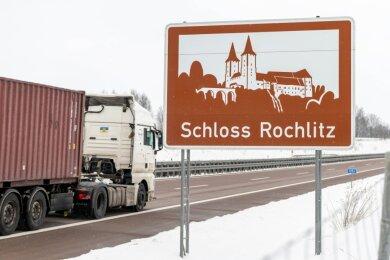 Blick auf die Werbetafel für Schloss Rochlitz an der Autobahn A 72 bei Penig: Nicht alle Brummis, die sonntags fahren, dürfen das auch.