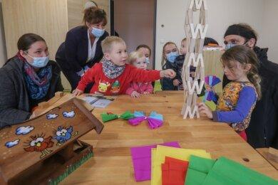 Am Donnerstag konnten einige Wichtelberg-Kinder schon mal in der neuen Kita, die in Reichenhain errichtet wurde, spielen. Mit dabei war auch Leiterin Jenny Tautkus (2.v.l.). In den nächsten Tagen wird umgezogen.
