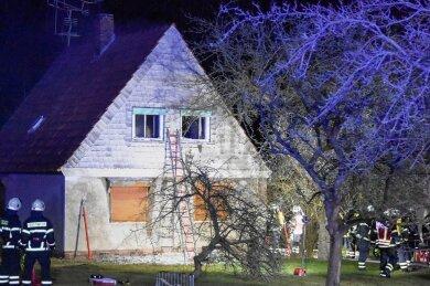 Zu einem Wohnhausbrand ist es am Donnerstagabend in Neukirchen gekommen. 60 Feuerwehrleute waren im Löscheinsatz.