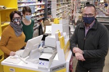 """Kerstin Vogel, Katrin Knorre und Inhaber Thomas Sachse (v. l.) in der neu eröffneten Postfiliale im Geringswalder Supermarkt """"Nahkauf"""" an der Dresdener Straße."""