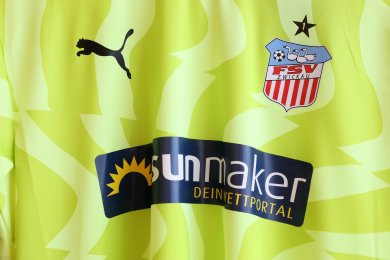Das neue gelbe FSV-Trikot mit neuem Trikotsponsor.