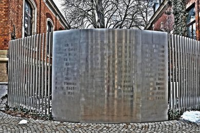 Hingucker am Poetenweg: Die Tafel mit den Namen von 36 Schriftstellern steht so lange, wie es den Welttag der Poesie gibt. Wer genau hinschaut, wird entdecken, dass ein Autor nicht korrekt geschrieben ist.