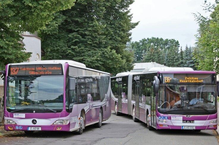 An der Ersatzhaltestelle in Wilkau-Haßlau geht es derzeit beengt zu. Mehrere Buslinien müssen sich ein kurzes Straßenstück teilen.