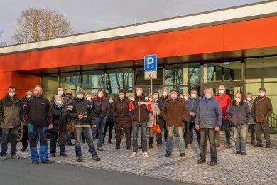 Als der Stadtrat das Thema Garagenmiete bei seiner März-Sitzung in der Schloss-Arena behandelt hat, haben davor Bürger protestiert. Foto: David Rötzschke