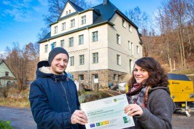 Karsten Kunz und Anica Schaufuß vor ihrem künftigen Arbeits- und Lebensmittelpunkt. Das Leader-Schild bekommt einen Platz am Haus.