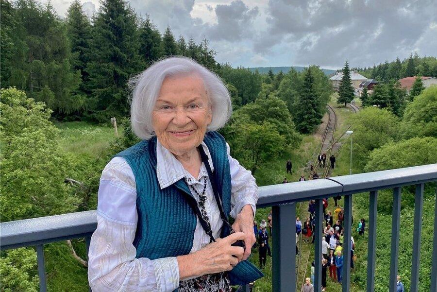 Hana Truncova (97) auf der Grenzbrücke über dem Bahnhof Moldava/Moldau