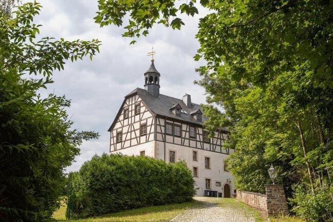 Schloss Jößnitz ist das Wahrzeichen des Plauener Ortsteils. Eigentlich handelt es sich dabei um das Jägerhaus, das keine repräsentativen Räume hat, als Hotel und Restaurant aber tolles Flair bot. Der Sanierungsbedarf ist hoch.