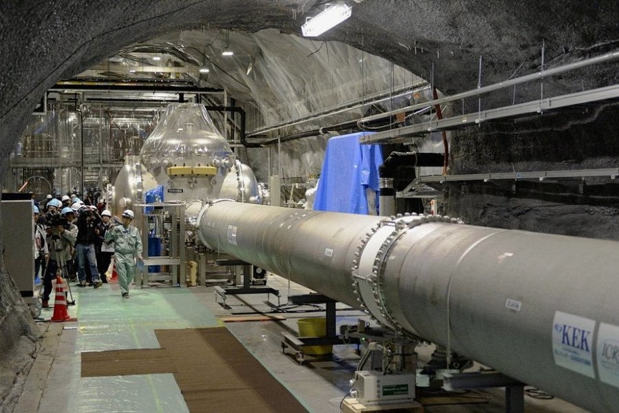 """Der japanische """"Kamioka Gravitational Wave Detector"""" (Kagra, seit 2018 in Betrieb). Mit einer ähnlichen Anlage wies man 2015, rund 100 Jahre nach Einsteins Vorhersage, Gravitationswellen nach. Kagras Drei-Kilometer-Arm liegt unterirdisch, um seismisches Rauschen zu unterdrücken."""