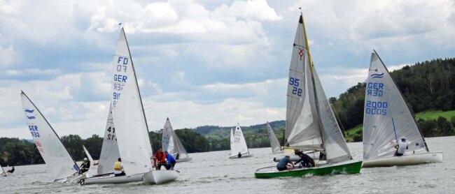 40 Boote beteiligten sich am Wochenende an der Regatta des TSV Oelsnitz um das Blaue Band auf der Talsperre Pirk, mehr als in den Jahren zuvor. So herrschte an der Boje in Höhe der Ruine Stein ordentliches Gedränge.