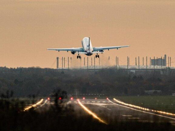 Ein Airbus startet an einem Flughafen.
