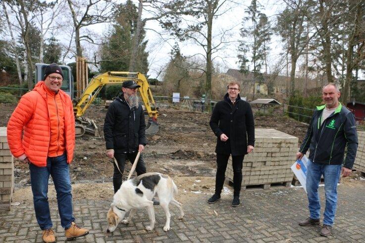 Auf der Baustelle der Freilichtbühne in Syrau haben sich jetzt Falk Zeh, Vorsitzender des Vereines Dorfclub Syrau, Bastian Richter von der VR Bank Bayreuth-Hof sowie Mario Branse und Helge Frisch (von rechts) vom Dorfclub-Verein getroffen.