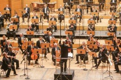 Große Abstände, großes Orchester auf um zehn Meter vergrößerter Bühne - und ein großartiges, teils zu Tränen rührendes Sinfoniekonzert.
