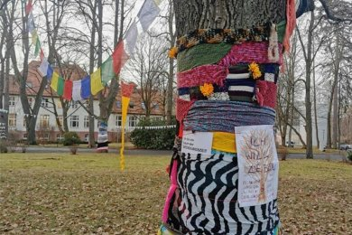Mehrere Dutzend Klinikmitarbeiter und andere Engagierte, darunter Kinder, fertigten die Materialien für den nächtlichen Protest gegen die Baumfällungen im Gelände des Küchwaldklinikums.