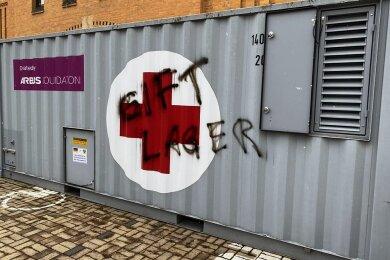 Schmierereien am Impfzentrum in Plauen: Das DRK hat Anzeige erstattet, die Kripo ermittelt.