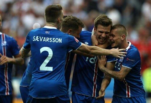 Islands Fußballer bejubeln ein Tor gegen Österreich.