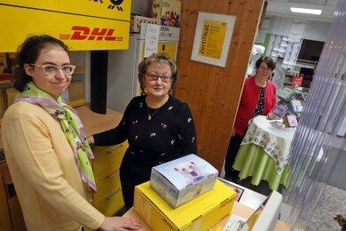 Vom Gardinenstübchen von Evelyn Rank (rechts) an der Altenburger Straße in Waldenburg - wird der Postshop, hier die Mitarbeiterinnen Anja Sitte (links) und Elke Elbel, ins Gesundheitszentrum ziehen.