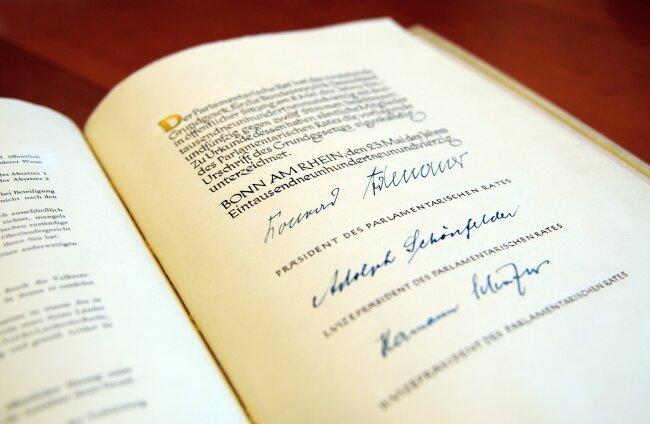 Die Urschrift des Grundgesetzes, die im Deutschen Bundestag in Berlin verwahrt wird.