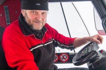 Peter Groß im Pistenbully beim Loipenspuren im Greifensteingebiet. Der Stadtrat leitet die Motorsportabteilung in Geyer und hält auch mit seiner Meinung nicht hinter dem Berg.
