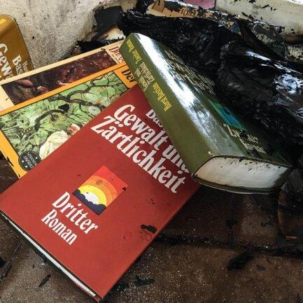 Bücher im Regal des Büchertauschs sind Opfer eines Brandanschlags geworden.