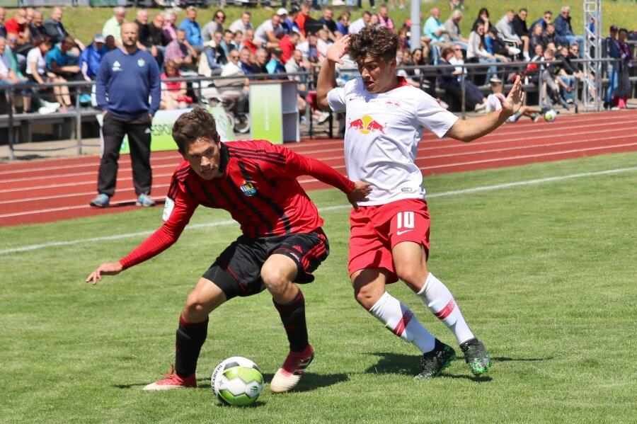 Roman Eppendorfer (CFC/rotes Trikot) schirmt den Ball gegen den Leipziger Joscha Wosz (weiß) ab.