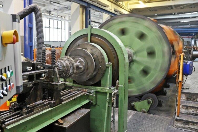 Die Handarbeit ist längst vorbei. Drahtseile werden heute in allen Durchmessern mit großen Maschinen geschlagen.